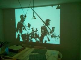 Nastavte projektor a nehýbejte s ním při práci.